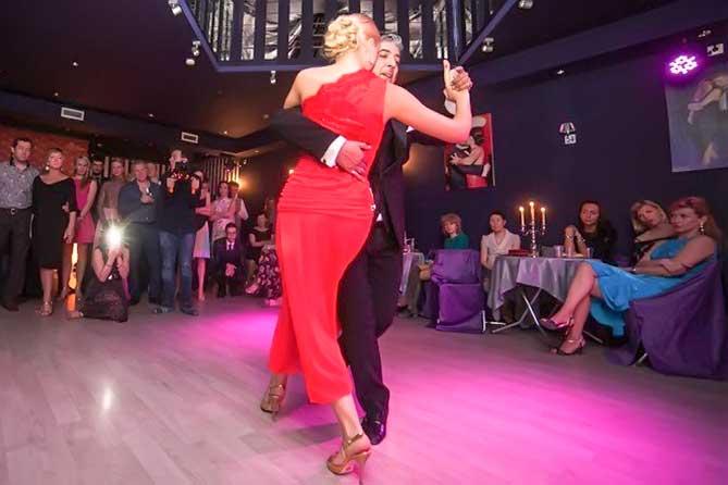 женщина в красном танцует