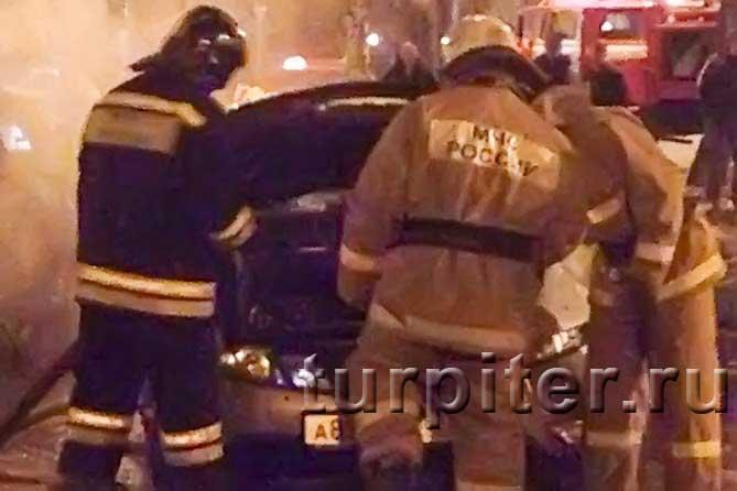 работники МЧС около сгоревшего авто