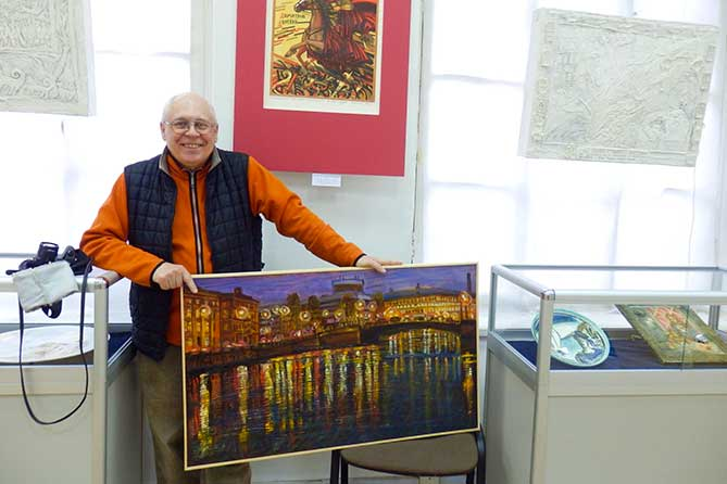 Алексаей Дадашев держит картину
