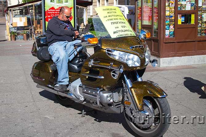 На Невском байкер с мотоциклом