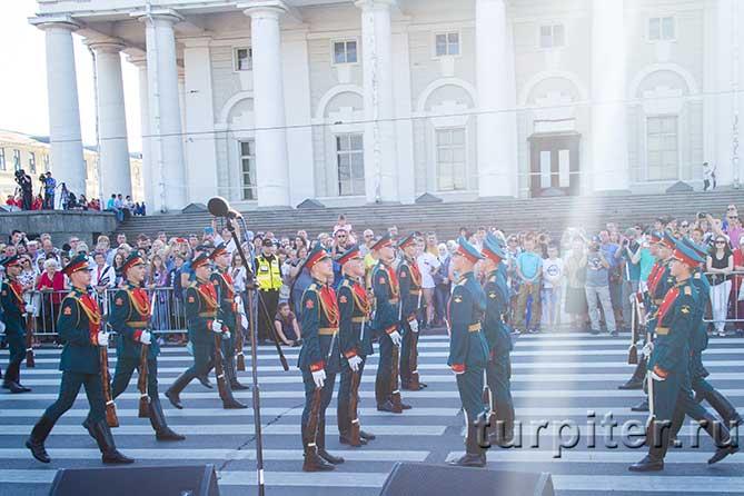солдаты идут навстречу
