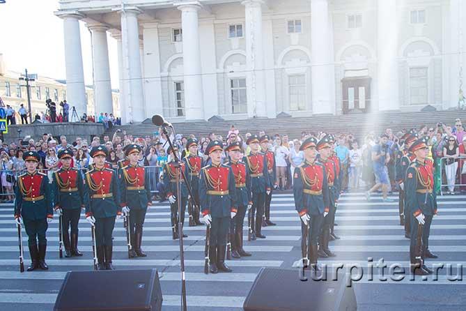 солдаты стоят на площади