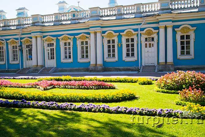 газон перед дворцом