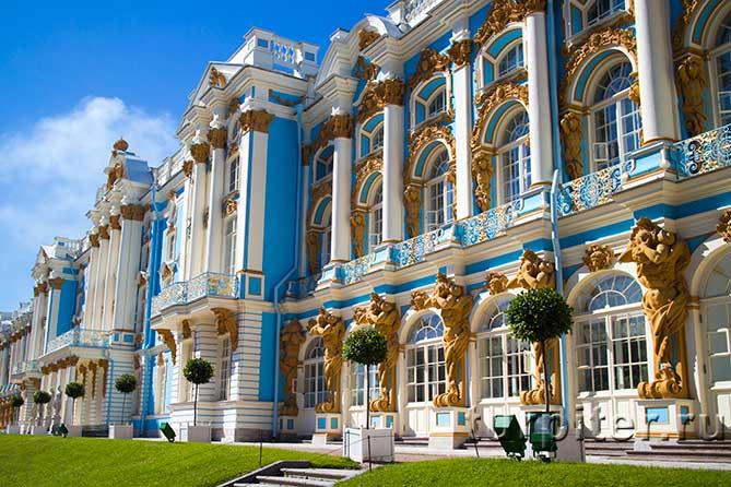 аполлоны на фасаде дворца