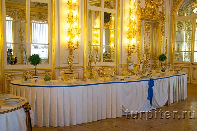 красивый зал с обеденным столом