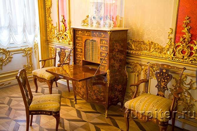 три стула и секретер
