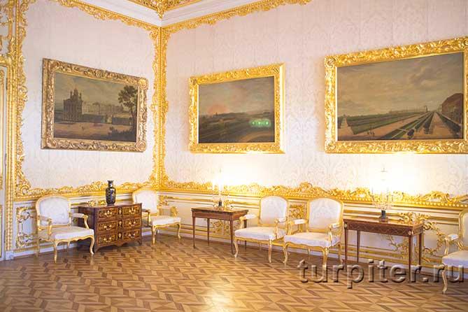 красивые картины на стенах зала