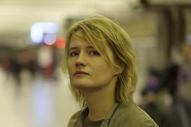 девушка с грустным лицом