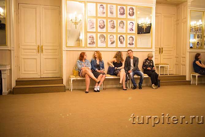 зрители сидят в холле перед спектаклем