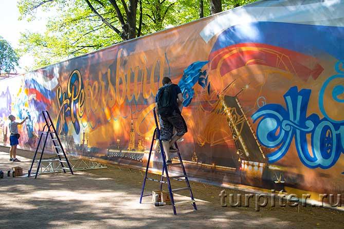 на стремянке граффити-художник