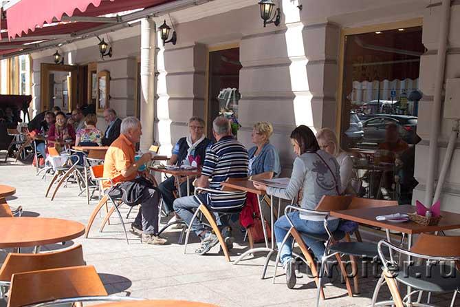 столики кафе на Невском в Питере