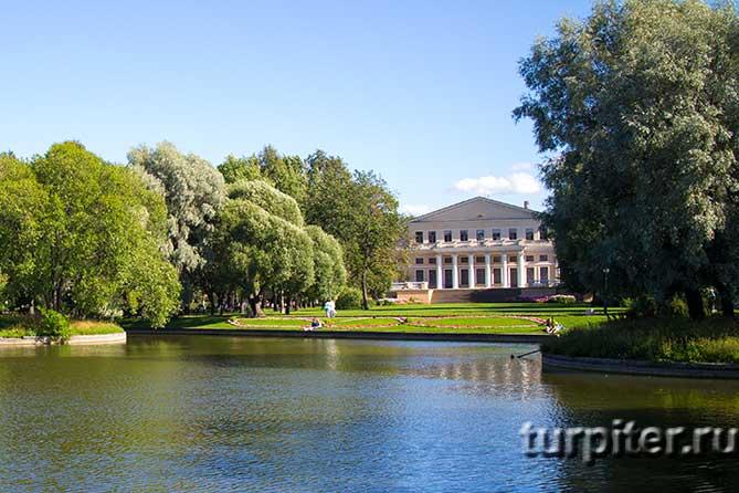 пруд перед дворцом