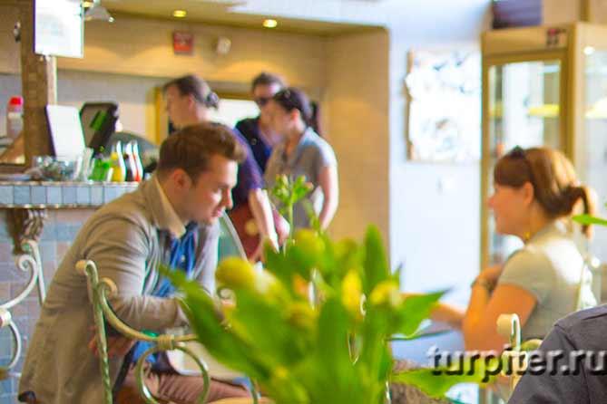 размытые силуеты посетителей кафе
