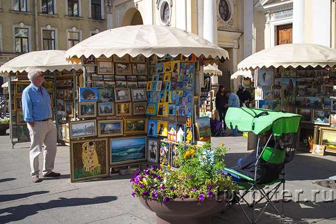 стеллажы с картинами на Невском проспекте