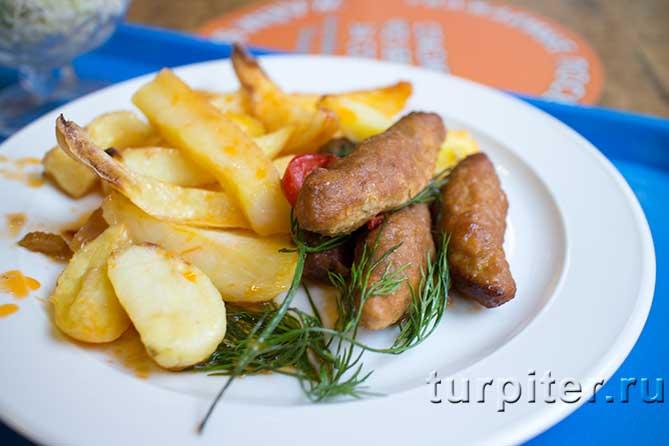 люля-кебаб и картофель в тарелке