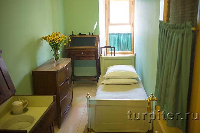 конторка, комод, кровать Пушкина
