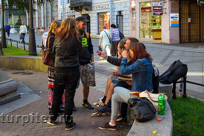 молодые люди сидят и стоят