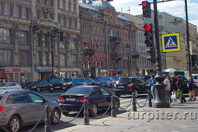 автомобили на Невском проспекте