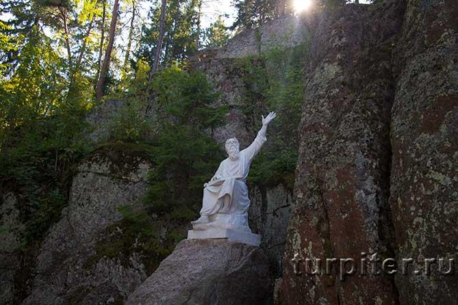 памятник в ущелье