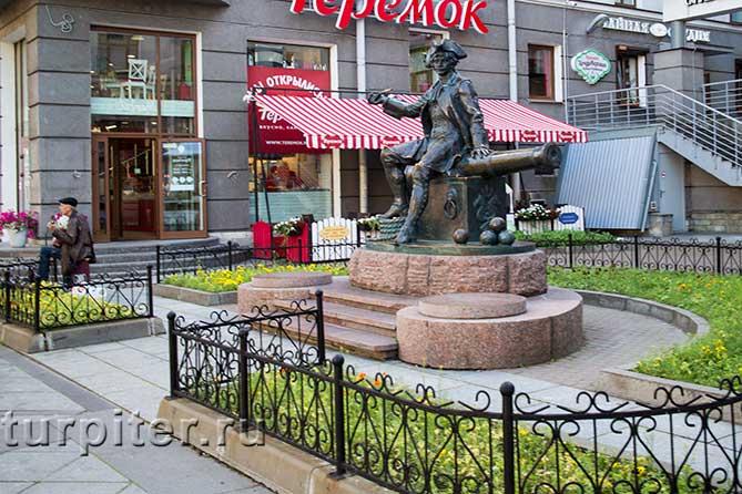 памятник знаменитому Василию