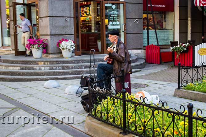 мужчина с гитарой у памятника