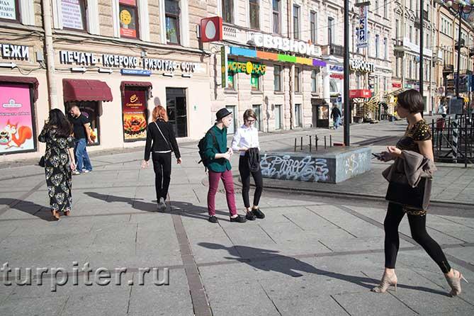 молодые люди гуляют