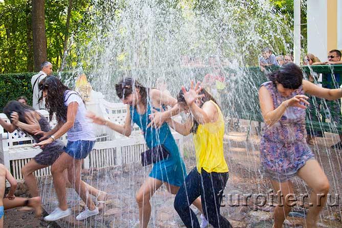 девушки промокли