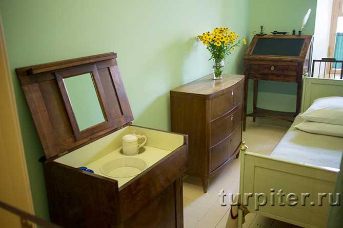 стол для умывания и комод с цветами