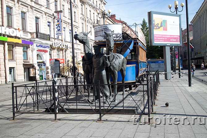 пара лошадей и вагон памятник