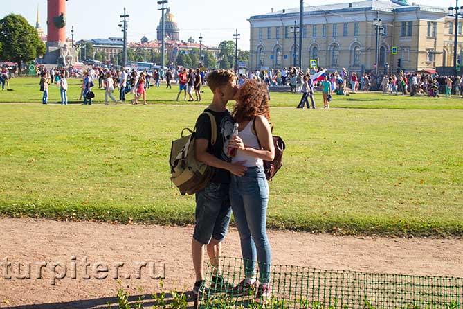 молодые люди целуются на улице