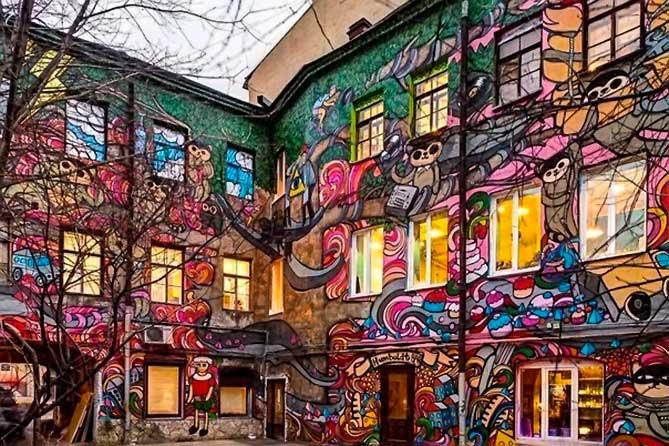 стены во дворе разрисованы