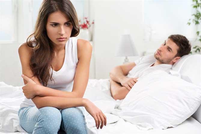 на кровати парень и девушка
