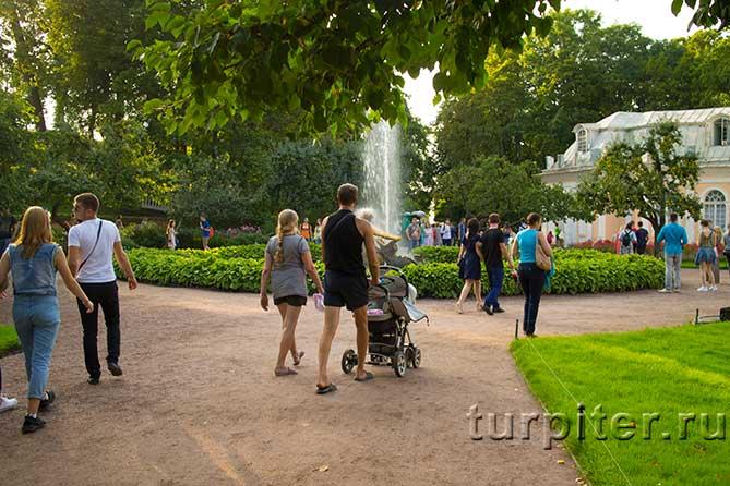 родители с коляской в Петергофе