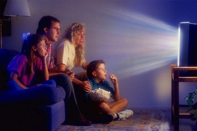 взрослые и дети смотрят тв