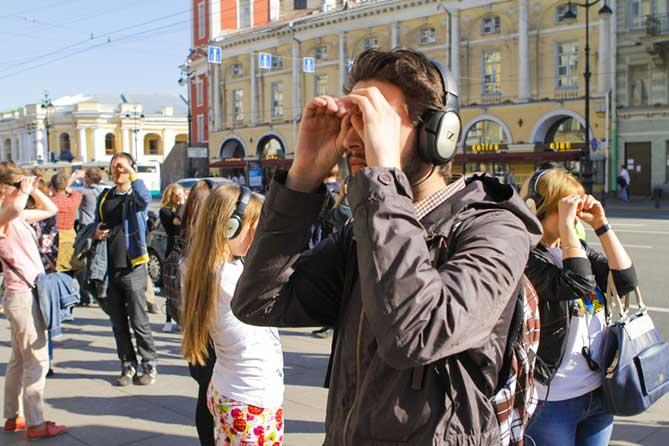 зрители на улицах Санкт-Петербурга