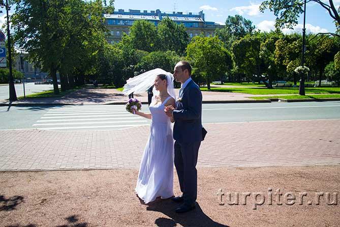 жених и невеста у Смольного