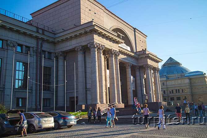 здание театра люди проходят рядом
