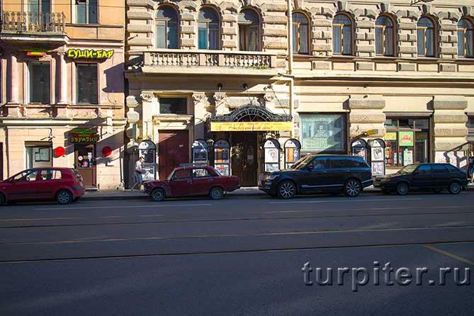афиша и дверь театра