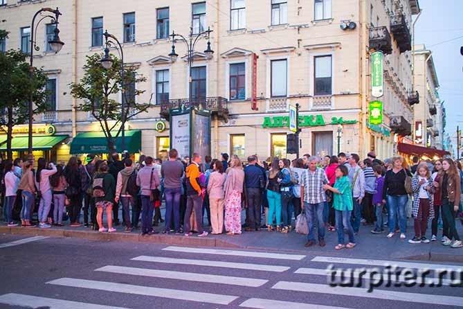 люди стоят на улице