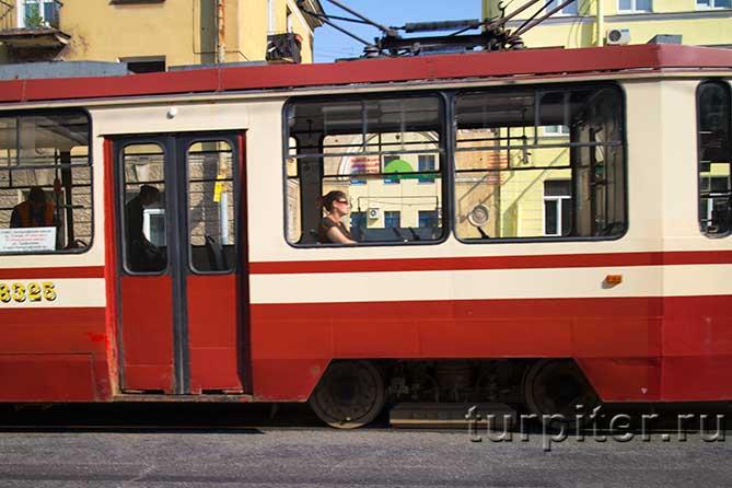 девушка едет в трамвае