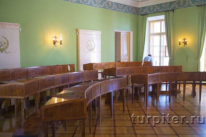 три ряда парт в классной комнате