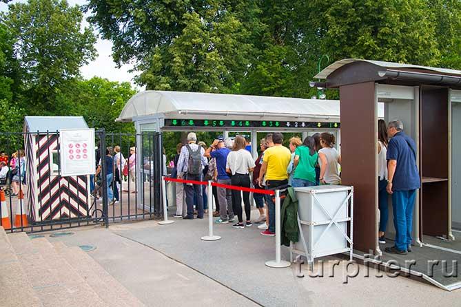 люди проходят по билетам