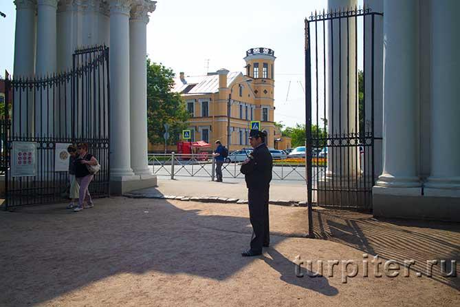 охранник на входе в парк