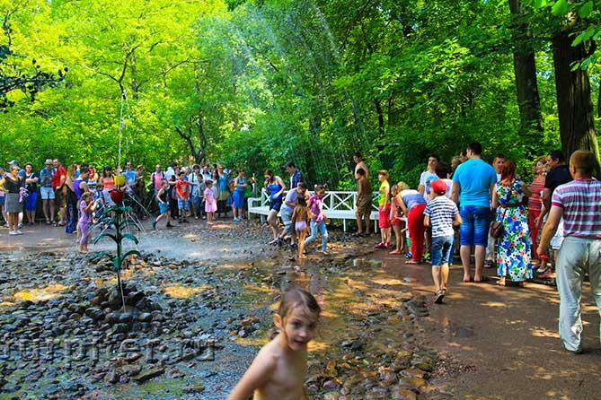 мокрые дети в шутихе Петергоф