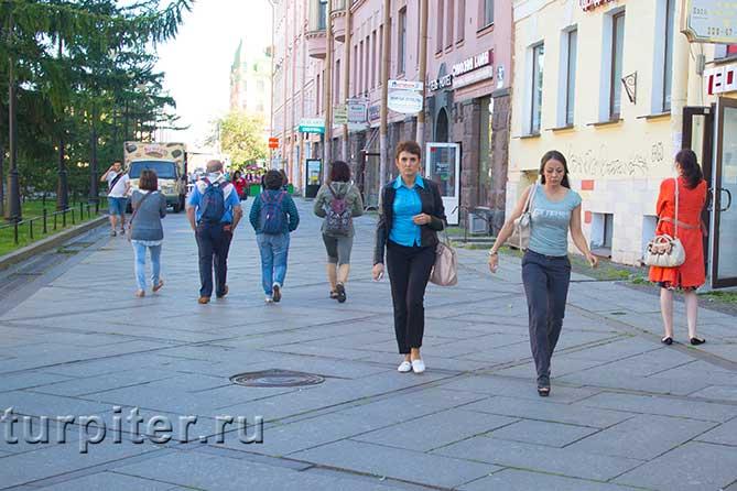 две женщины идут прямо
