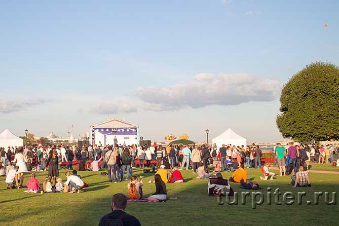 много зрителей на траве