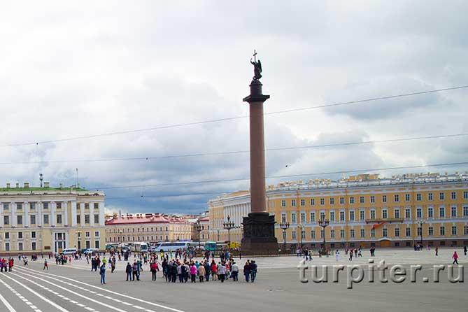 туристическая группа у Александровской колонны