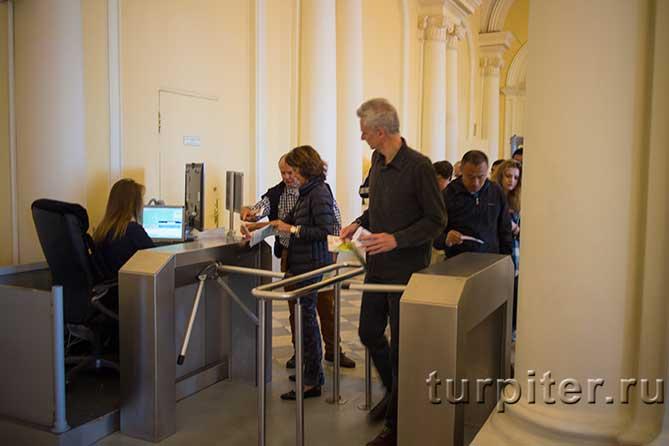 люди проходя в музей Эрмитаж