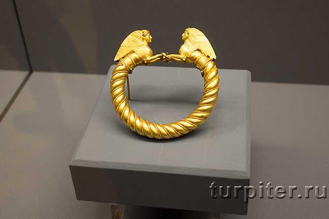 браслет украшен двумя грифонами