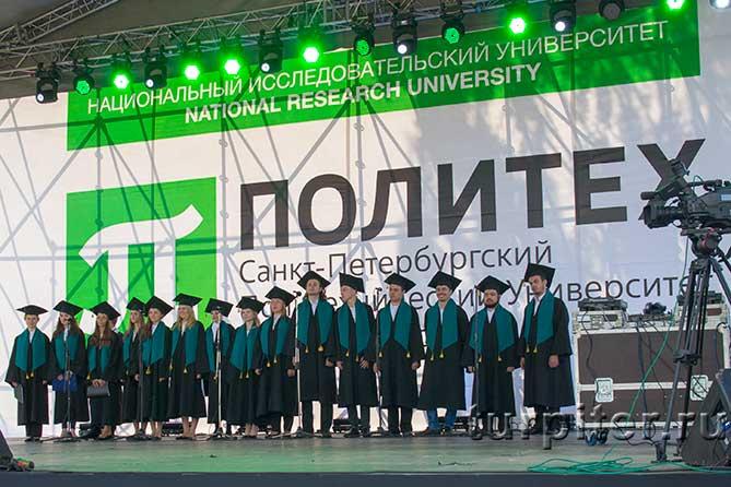 студенты в мантиях и зеленые шарфы